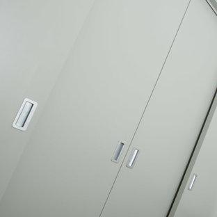 Modelo de armario unisex, marinero, con armarios con paneles lisos y puertas de armario grises