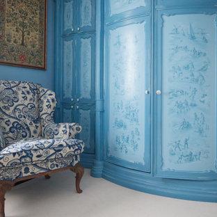 Modelo de vestidor unisex, campestre, con puertas de armario azules, moqueta y suelo gris