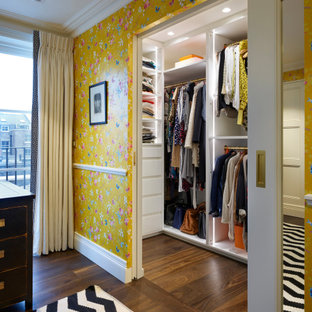 Immagine di una cabina armadio unisex vittoriana di medie dimensioni con nessun'anta, ante bianche, pavimento in legno massello medio e pavimento marrone