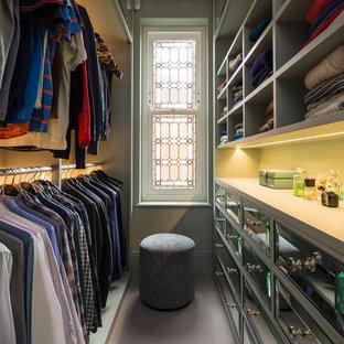 Inspiration för klassiska walk-in-closets för män, med öppna hyllor, grå skåp och grått golv