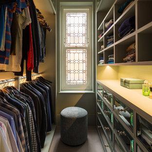 Cette photo montre un petit dressing chic neutre avec un placard avec porte à panneau surélevé, moquette et un sol beige.