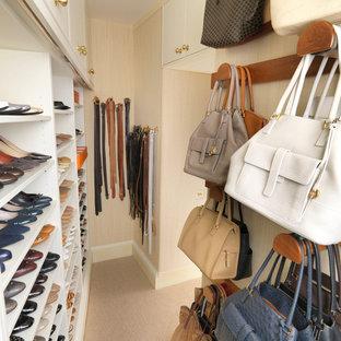 Klassischer Begehbarer Kleiderschrank mit Teppichboden in London