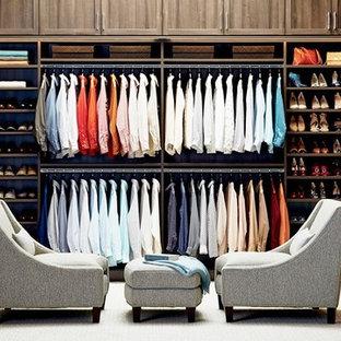 Foto de armario vestidor unisex, tradicional, extra grande, con armarios abiertos, puertas de armario de madera en tonos medios, suelo de madera en tonos medios y suelo marrón