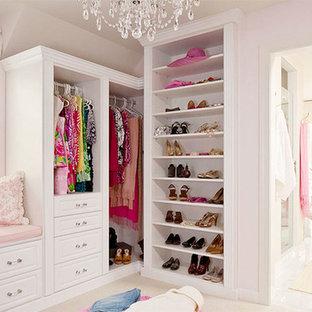 Cette photo montre un très grand dressing romantique pour une femme avec un placard sans porte, des portes de placard blanches, moquette et un sol beige.