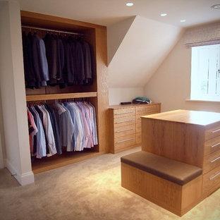 Idée de décoration pour un grand dressing design avec moquette, un placard à porte plane et des portes de placard en bois brun.