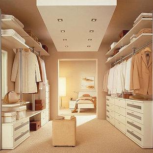 Cette image montre un dressing et rangement design de taille moyenne avec un sol en carrelage de porcelaine.