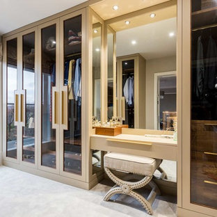 Modelo de vestidor unisex, minimalista, de tamaño medio, con armarios tipo vitrina, moqueta y suelo beige