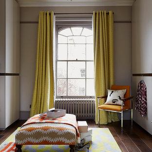 Diseño de vestidor unisex, ecléctico, grande, con armarios con paneles lisos, puertas de armario grises y suelo de madera clara