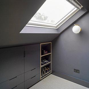 Modelo de armario y vestidor urbano, pequeño, con puertas de armario grises y suelo gris