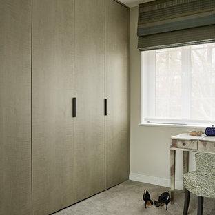 Foto di uno spazio per vestirsi unisex minimal di medie dimensioni con moquette, pavimento beige, ante lisce e ante in legno chiaro