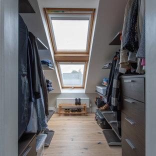Diseño de armario y vestidor contemporáneo, pequeño, con suelo de madera clara