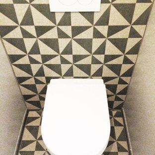 Immagine di un bagno di servizio contemporaneo con bidè, pistrelle in bianco e nero, piastrelle di cemento, pareti multicolore, pavimento in cementine e pavimento multicolore