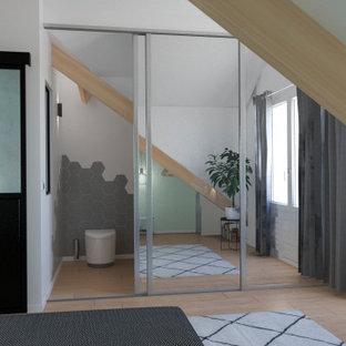 Große Moderne Gästetoilette mit Schrankfronten mit vertiefter Füllung, Toilette mit Aufsatzspülkasten, weißer Wandfarbe, Laminat, beigem Boden und eingebautem Waschtisch in Paris