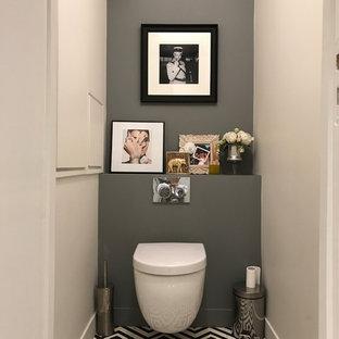 Foto de aseo actual con sanitario de pared, paredes grises, suelo vinílico y suelo blanco