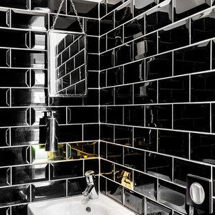 Cette image montre un petit WC et toilettes design avec un lavabo suspendu, un carrelage métro et un carrelage noir.