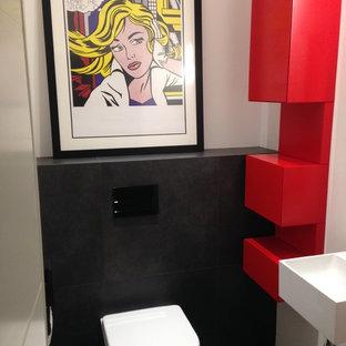 Свежая идея для дизайна: туалет среднего размера с фасадами с декоративным кантом, красными фасадами, инсталляцией, черной плиткой, керамической плиткой, белыми стенами, полом из керамической плитки, подвесной раковиной, столешницей из искусственного камня и черным полом - отличное фото интерьера