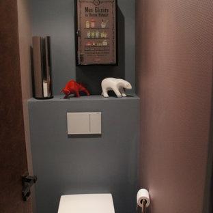 Идея дизайна: туалет в современном стиле с фасадами с декоративным кантом, коричневой плиткой, коричневыми стенами, полом из цементной плитки и синим полом