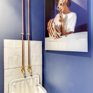 Cette image montre un WC et toilettes bohème avec un mur violet et un lavabo suspendu.