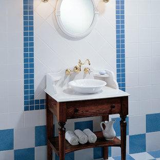 Стильный дизайн: туалет в викторианском стиле с открытыми фасадами, белой плиткой, синей плиткой, разноцветными стенами, настольной раковиной и разноцветным полом - последний тренд