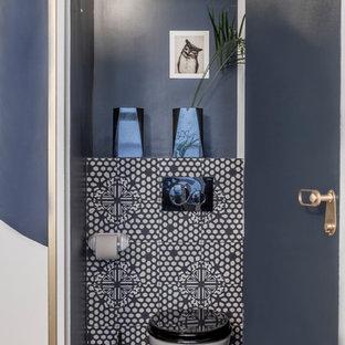 Новые идеи обустройства дома: маленький туалет в современном стиле с фасадами с декоративным кантом, синими фасадами, инсталляцией, разноцветной плиткой, цементной плиткой, синими стенами, полом из цементной плитки, монолитной раковиной, столешницей из искусственного камня и разноцветным полом