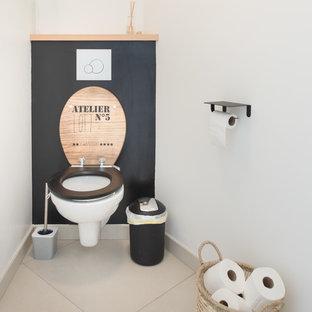 Idée de décoration pour un WC et toilettes champêtre avec un WC suspendu, un mur blanc et un sol beige.