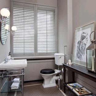 Idée de décoration pour un WC et toilettes tradition de taille moyenne avec un plan vasque, un mur gris, un sol en carrelage de terre cuite et un WC séparé.