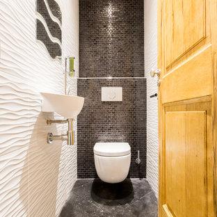 Immagine di un piccolo bagno di servizio chic con WC sospeso, piastrelle bianche, piastrelle grigie, piastrelle in ceramica, pareti bianche, pavimento con piastrelle in ceramica, lavabo sospeso e pavimento grigio