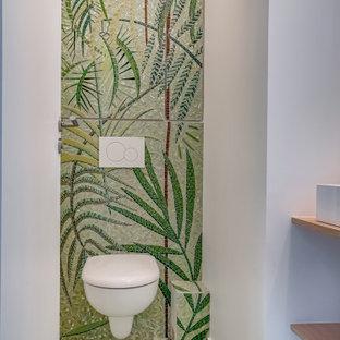 Идея дизайна: туалет в морском стиле с зелеными фасадами, инсталляцией, зеленой плиткой, плиткой мозаикой, полом из мозаичной плитки, столешницей из дерева и зеленым полом