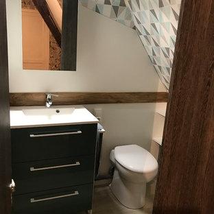 На фото: с невысоким бюджетом маленькие туалеты в современном стиле с плоскими фасадами, коричневыми фасадами, унитазом-моноблоком, белыми стенами, полом из ламината, подвесной раковиной, столешницей из плитки, коричневым полом и белой столешницей