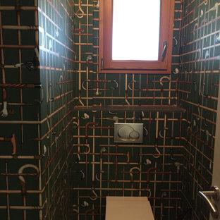 На фото: маленький туалет в стиле ретро с инсталляцией, зелеными стенами, светлым паркетным полом, подвесной раковиной и бежевым полом с