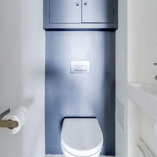Пример оригинального дизайна интерьера: туалет среднего размера в современном стиле с фасадами с декоративным кантом, инсталляцией, полом из цементной плитки, серым полом, серыми фасадами, синей плиткой, цементной плиткой, бежевыми стенами, консольной раковиной, столешницей из бетона и серой столешницей