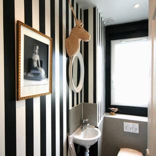 Exemple d'un WC et toilettes éclectique.
