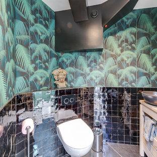 Идея дизайна: туалет среднего размера в современном стиле с плоскими фасадами, светлыми деревянными фасадами, инсталляцией, черной плиткой, полом из керамической плитки, накладной раковиной, столешницей из дерева и серым полом