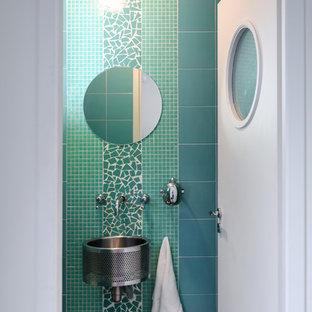 Cette photo montre un petit WC et toilettes tendance avec un carrelage vert, carrelage en mosaïque, un mur vert, béton au sol, un lavabo suspendu et un sol gris.
