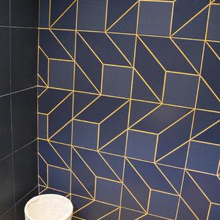 Immagine di un bagno di servizio contemporaneo di medie dimensioni con WC sospeso, piastrelle blu, piastrelle in ceramica, pareti arancioni, parquet chiaro, top piastrellato, pavimento marrone e top blu