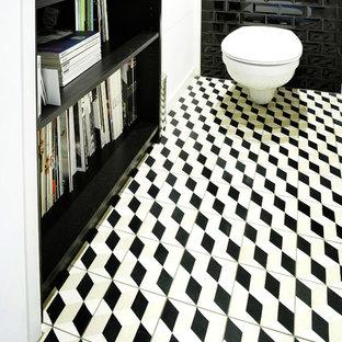 Свежая идея для дизайна: туалет в современном стиле с цементной плиткой, черными стенами, полом из цементной плитки и разноцветным полом - отличное фото интерьера