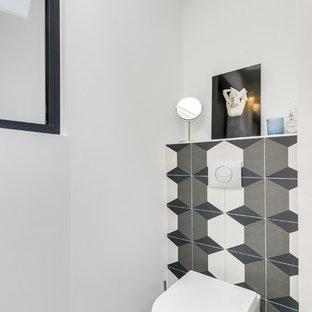 Aménagement d'un WC et toilettes contemporain de taille moyenne avec un WC suspendu, un sol en vinyl, un sol gris, un carrelage marron, un mur blanc, un lavabo encastré, des carreaux de céramique et un plan de toilette en carrelage.
