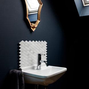 Новый формат декора квартиры: туалет среднего размера в викторианском стиле с белой плиткой, черными стенами и подвесной раковиной