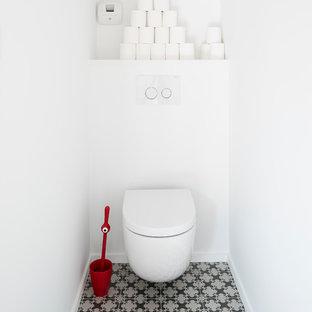 Idées déco pour des WC et toilettes contemporains de taille moyenne avec un WC suspendu, un mur blanc et un sol en carrelage de céramique.
