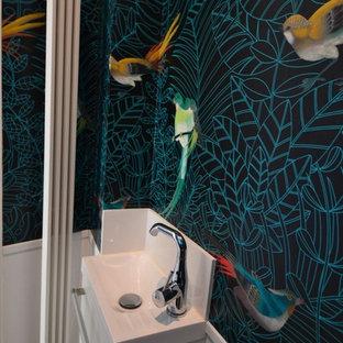 Idee per un piccolo bagno di servizio tradizionale con ante a filo, WC sospeso, piastrelle bianche, pareti multicolore, pavimento alla veneziana, lavabo sospeso, pavimento grigio, ante bianche e piastrelle in ceramica