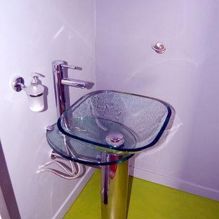 Exemple d'un grand WC et toilettes tendance avec un WC suspendu, un mur violet et une vasque.