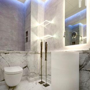 Стильный дизайн: туалет среднего размера в морском стиле с инсталляцией, серой плиткой, мраморной плиткой, серыми стенами, мраморным полом, накладной раковиной, столешницей из известняка и серым полом - последний тренд