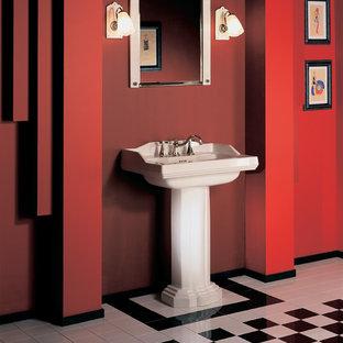 Ispirazione per un bagno di servizio vittoriano con pareti rosse, lavabo a colonna e pavimento multicolore