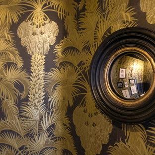 Foto di un piccolo bagno di servizio tropicale con WC monopezzo, pareti nere, pavimento con piastrelle in ceramica e pavimento nero