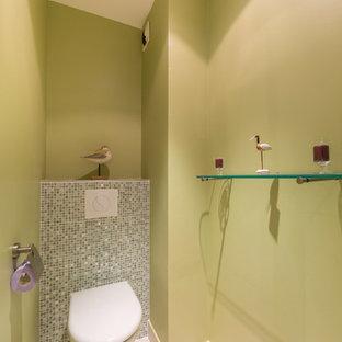 На фото: туалет в современном стиле с инсталляцией, плиткой мозаикой, зелеными стенами и полом из керамической плитки с