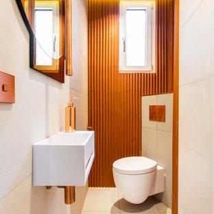Mittelgroße Moderne Gästetoilette mit Wandtoilette, farbigen Fliesen, Keramikfliesen, Porzellan-Bodenfliesen, Wandwaschbecken, buntem Boden, bunter Waschtischplatte und eingelassener Decke in Paris