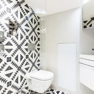 Свежая идея для дизайна: маленький туалет с фасадами с декоративным кантом, белыми фасадами, инсталляцией, белой плиткой, плиткой мозаикой, белыми стенами, полом из цементной плитки, консольной раковиной, столешницей из плитки, черным полом и белой столешницей - отличное фото интерьера