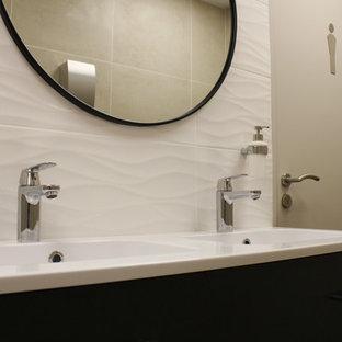 Свежая идея для дизайна: маленький туалет в современном стиле с фасадами цвета дерева среднего тона, унитазом-моноблоком, белой плиткой, белыми стенами, полом из винила, раковиной с несколькими смесителями, бежевым полом и белой столешницей - отличное фото интерьера