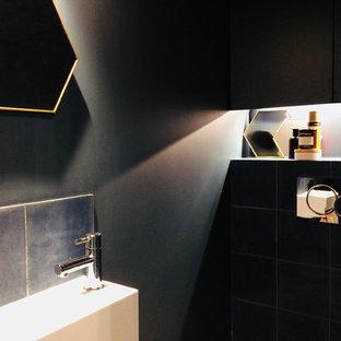 Пример оригинального дизайна: маленький туалет в современном стиле с фасадами с декоративным кантом, черными фасадами, инсталляцией, синей плиткой, цементной плиткой, синими стенами, полом из цементной плитки, подвесной раковиной и синим полом