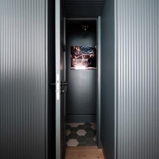 Ispirazione per un piccolo bagno di servizio moderno con consolle stile comò, ante blu, WC sospeso, pareti verdi, pavimento in cementine, lavabo sospeso, pavimento verde e mobile bagno freestanding